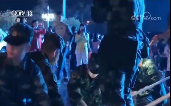 四川省军区也迅速派出先遣组,并组织长宁县民兵应急连和各乡镇民兵应急排、民兵共660人,迅速开展地震排查并投入救援。今天(18日)凌晨,先遣组在震中长宁县双河镇救援时,接到双河社区西街民房坍塌点有人被掩埋亟需救援的消息,立即赶往事发地域,民兵们冒着余震和民房随时倒塌的危险,徒手爬上废墟实施救援。到凌晨1时,民兵成功将85岁老人从废墟中解救出来。目前,老人正在医院救治,无生命危险。