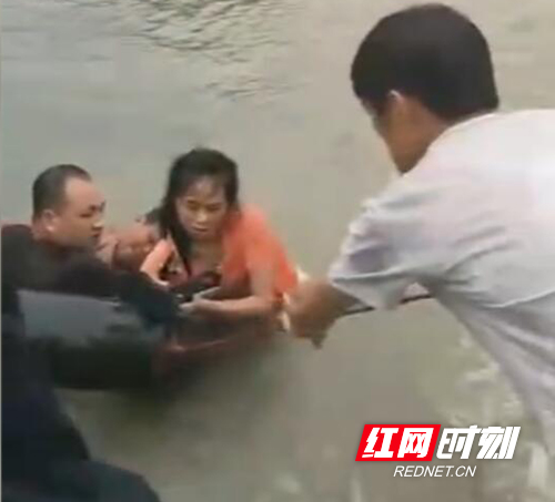 耒阳:80后村支书洪水中勇救7人