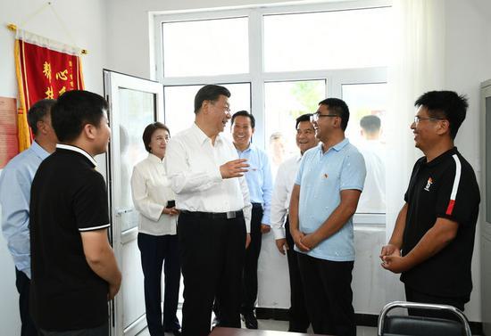15日,习近平在赤峰市喀喇沁旗河南街道马鞍山村党群服务中心了解基层党建、民族团结和乡村振兴情况。