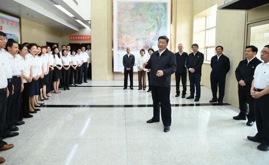 """16日上午,习近平到内蒙古自治区自然资源厅,实地调研指导开展""""不忘初心、牢记使命""""主题教育。"""