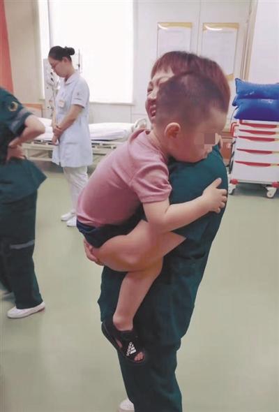 """车祸中 两岁幼童侥幸没受伤 依偎在 """"护士妈妈""""温暖怀抱"""