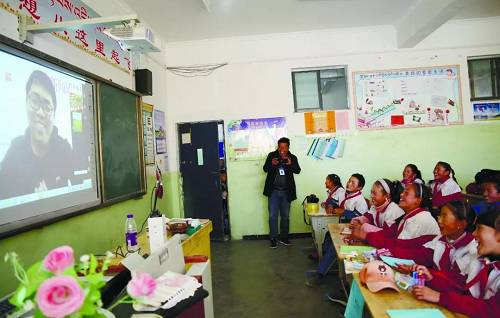 2018年10月27日,西藏白朗县噶东镇中心小学四年级三班的学生们通过远程教育平台上课。(资料图片)