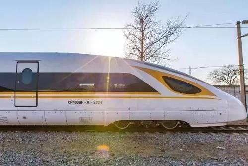 """为适应中国高速铁路运营环境和条件,满足更为复杂多样、长距离、长时间、连续高速运行等需求,完善中国标准动车组平台系列化产品,设计人员在8辆编组""""复兴号""""基础上,研制了16辆编组和17辆编组加长版""""复兴号""""中国标准动车组。"""