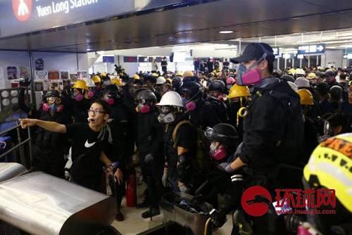 8月21日,中国香港。全副武装的示威者在元朗西铁站大量集结,听人调遣。(环球时报-环球网赴香港特派记者崔萌/摄)
