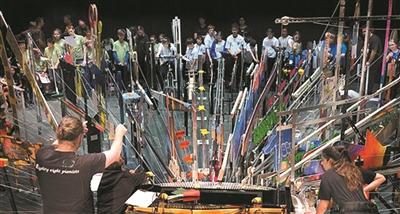 「成都市新型的股票配资」英国88名学生 共同演奏一架钢琴