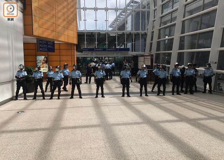 警员在客运大楼通道戒备(图源:东网)