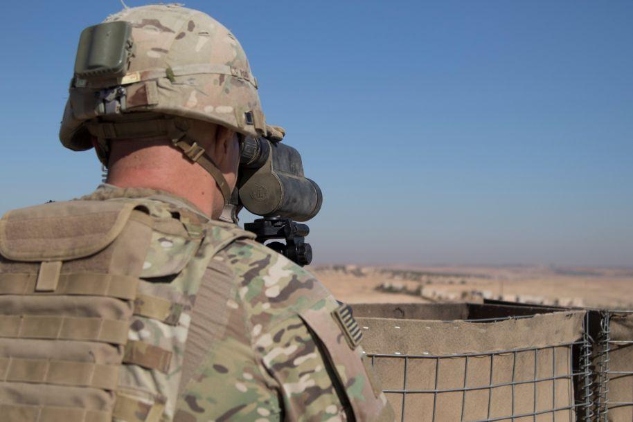 """美国白宫12月19日称,随着在叙利亚打击极端组织""""伊斯兰国""""的战事取得成果,美国已开始撤回驻叙美军。这是2018年11月1日,一名美军士兵在叙利亚曼比季警戒。新华社/路透"""