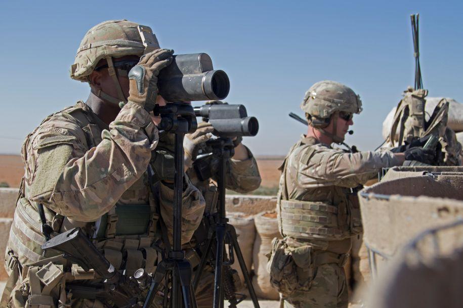 """美国白宫12月19日称,随着在叙利亚打击极端组织""""伊斯兰国""""的战事取得成果,美国已开始撤回驻叙美军。这是2018年11月1日,几名美军士兵在叙利亚曼比季警戒。新华社/路透"""