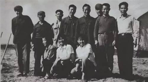 伊盟天然碱科研组最初的11位成员。