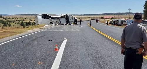 """美国犹他州""""车祸现场非常惨烈,旅游大巴变形严重"""""""