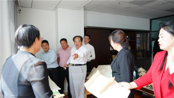 东方中国书画院副院长程沫老师莅临麦乐板栗鸭参观指导