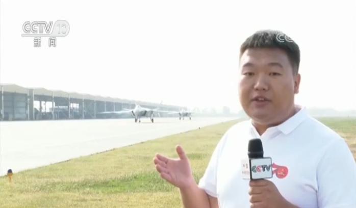 """央视记者 邓晓明:我现在是在华北某机场,在我的身后被广大网友称为""""空中三剑客""""的歼-20、歼-16、歼-10C战机都将从这里起飞。我们现在可以看到歼-20战机正在向我们滑来,从这款战机的外表来看,它具有非常强烈的现代感和科技感,我们可以听到歼-20飞机发动机的声音非常巨大非常强烈,给我们一种震撼感。"""