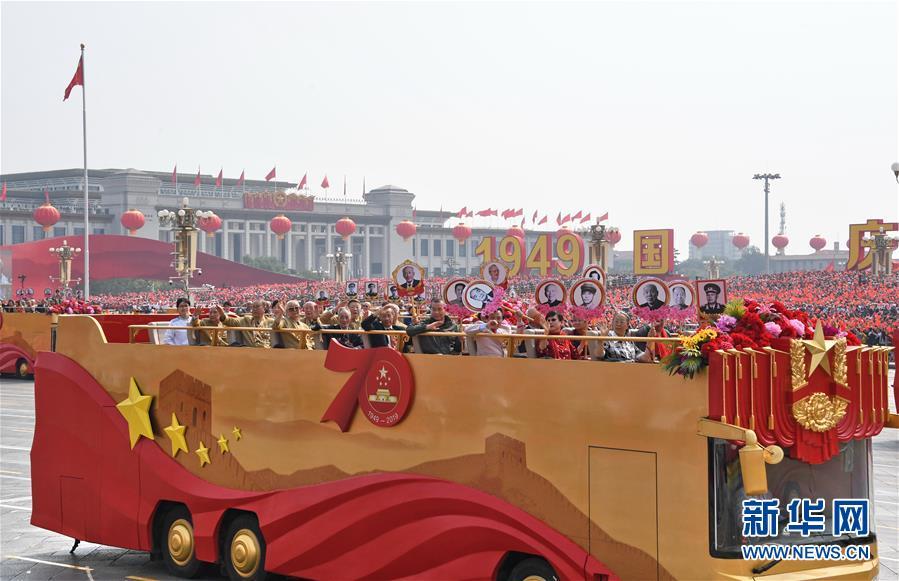 庆祝中华人民共和国成立70周年大会群众游行活动中,老一辈党和国家、军队领导人亲属代表,老一辈建设者和亲属代表,新中国成立前参加革命工作的老战士,老一辈军队退役英模、民兵英模和支前模范代表等乘坐的21辆礼宾车缓缓驶过天安门城楼(10月1日摄)。新华社记者李欣摄