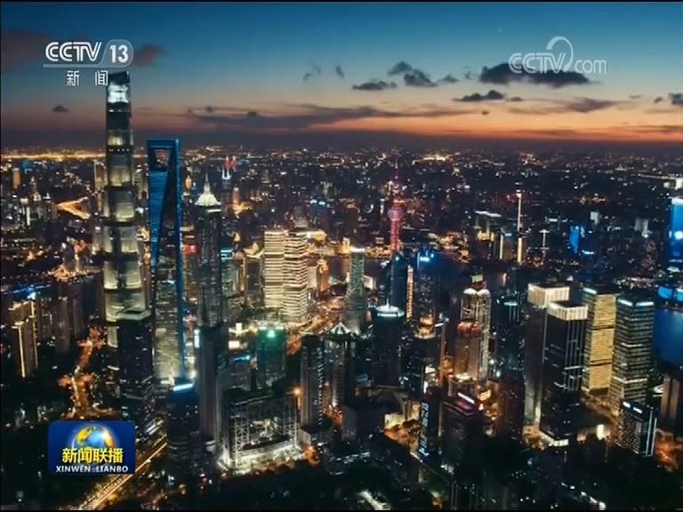 """一系列的改革措施,让上海的夜间数据""""闪闪发光""""。全国首个夜间动物园、首家夜间博物馆、24小时电影院、深夜书房。最新统计数据显示,上海夜间灯光值、夜间餐饮多样化值等指标位列全国第一。"""