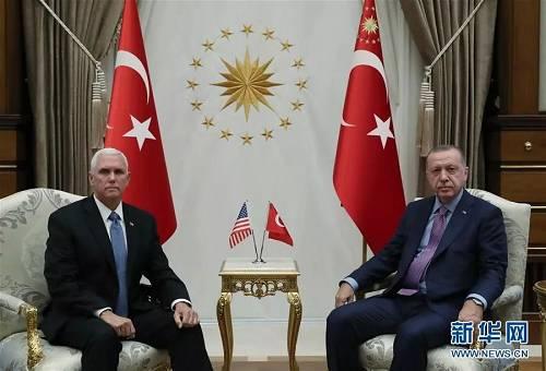10月17日,在土耳其首都安卡拉,土耳其总统埃尔多安(右)与到访的美国副总统彭斯举行会晤。新华社发(穆斯塔法·卡亚 摄)