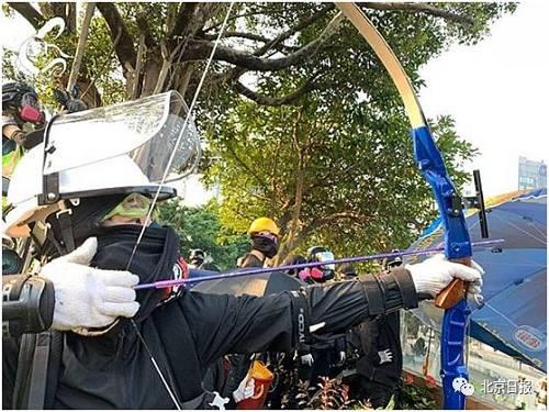 14日上午有暴徒向防暴警察射箭 (图片来源:理大校园电台)