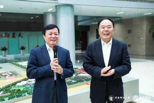 中国商飞党委书记、董事长贺东风(左)与龙马学院名誉院长李家祥