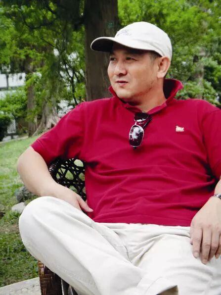 """蒋存雄出生于福建,笔名蒋嵒,绘画创作方向为国画,以笔名""""蒋嵒""""出版过美术书籍。2009年,他被原文化部评为国家一级美术师,历任原文化部艺术服务中心美术部主任,文旅部艺术发展中心副主任。"""