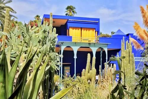 """在这座红城中,马约尔花园别出心裁地运用了反差到极致的蓝,在众多YSL的经典产品中所看到""""电光蓝""""正是从马约尔蓝中获取的色彩灵感。这个珍贵且价值连城的绝妙色彩,是从撒哈拉沙漠植物中提炼而来,以克计价,炫目极致。"""