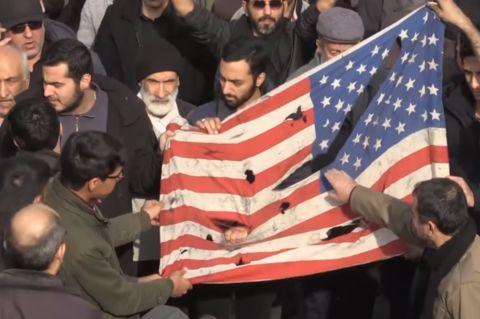 伊朗的抗议者撕毁美国国旗(《卫报》)
