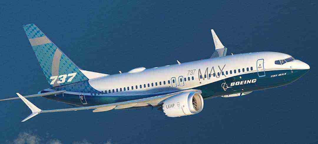 """波音737 MAX在2019年3月后遭到全球停飞,此前该机型在半年内发生了两次致命坠机事故,导致346人身亡。据调查,专家普遍认为坠机发生原因是因为737 MAX机型的""""机动特性增强系统""""(MCAS)与迎角传感器出现问题,导致飞机在起飞后机头自动向下失去控制。"""