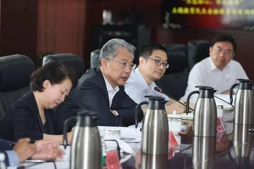 """李晓鹏强调,中国共产党人的初心就是为中国人民谋幸福,为中华民族谋复兴。光大永明保险要牢记这个出发点,在集团健康E-SBU中积极发挥作用,用三年左右时间,将光大养老品牌和""""养老+保险+投资""""生态圈建设带上新台阶。"""