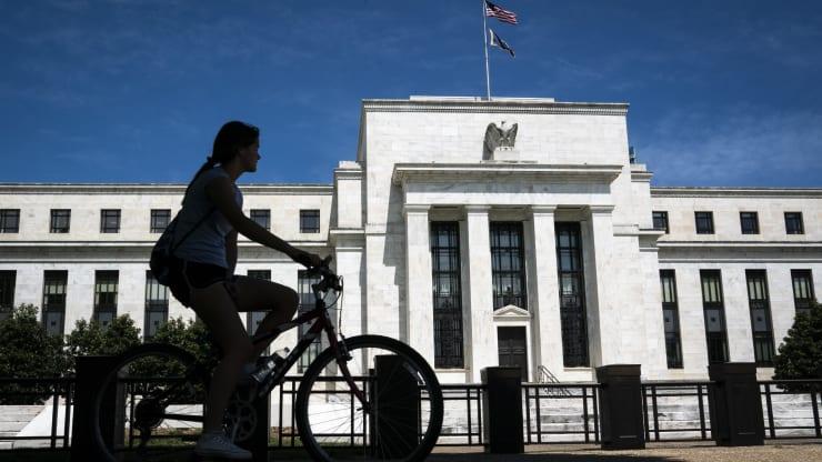 美联储决策者认同年内按兵不动,但投行认为经济减速将迫使其降息三次