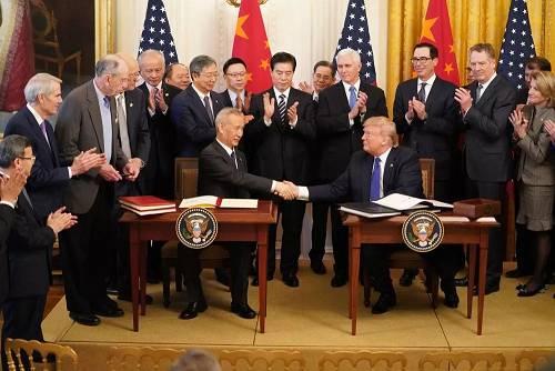 1月15日,刘鹤与特朗普在美国首都华盛顿白宫东厅举走的中美第一阶段经贸制定签定仪式上握手。 新华社记者 王迎 摄