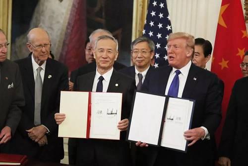 1月15日,刘鹤与特朗普在华盛顿白宫东厅展现制定文本。 新华社记者 李木子 摄