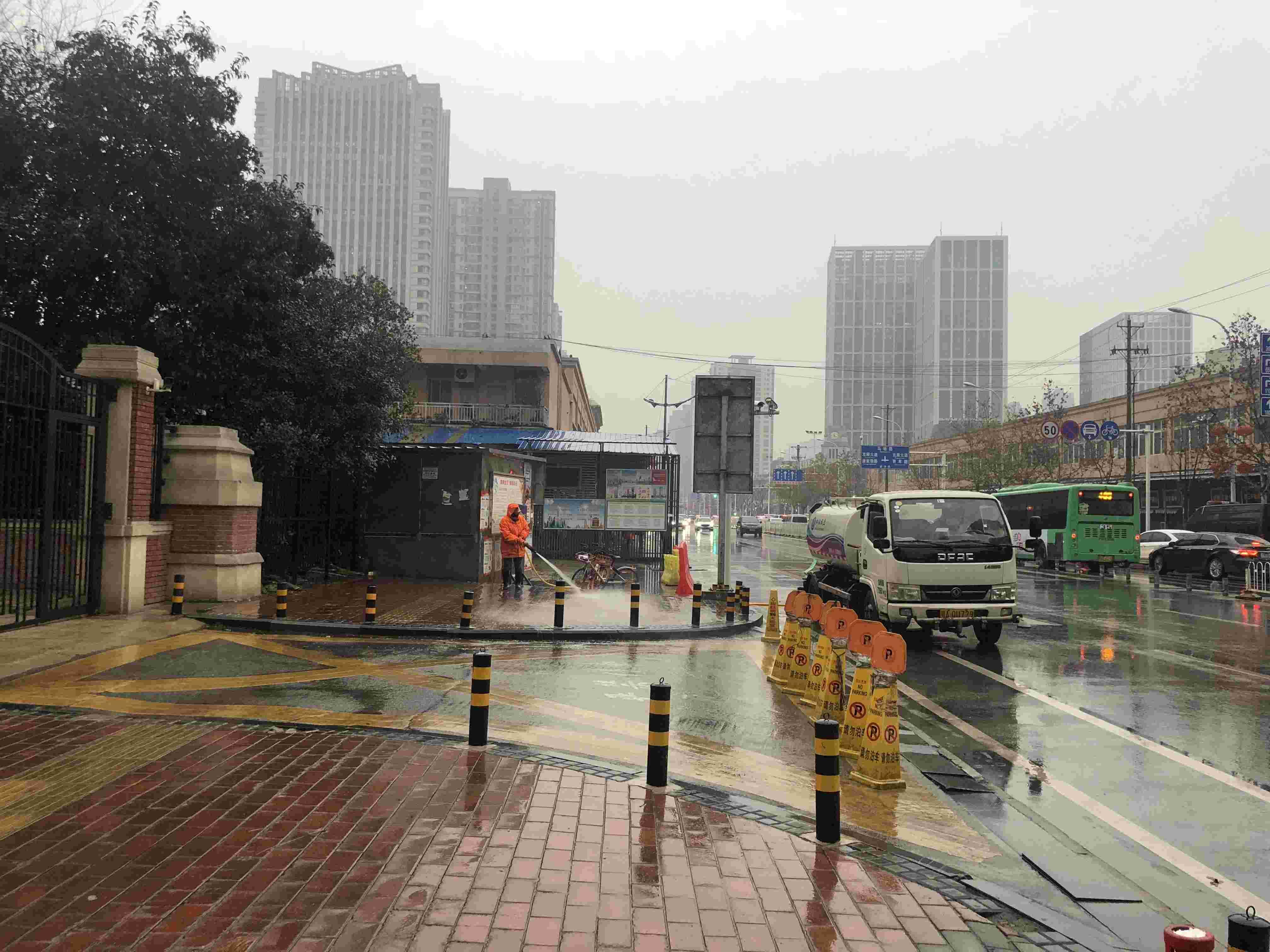1月21日,武汉华南海鲜市场东区,工作人员正在进行消毒。新京报记者 吴娇颖 摄