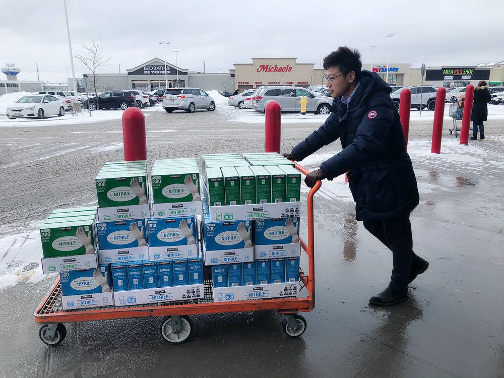 中行加拿大分行员工装运捐赠物资