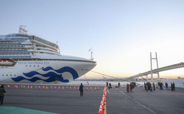 """2020年2月6日,在日本横滨,""""钻石公主""""号邮轮停泊在港口。 新华社记者 杜潇逸 摄"""