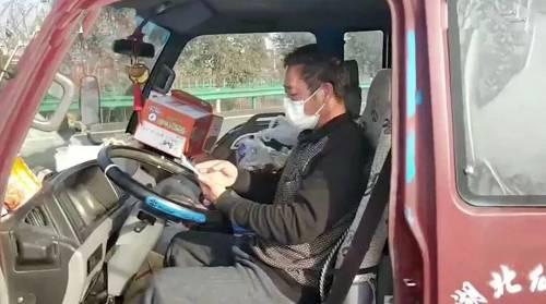 驾驶室里的肖红兵。视频截图