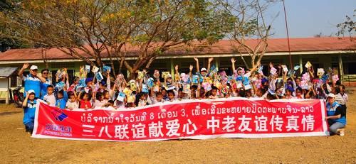 中老铁路青年自觉者为沿线老挝私塾布施文具