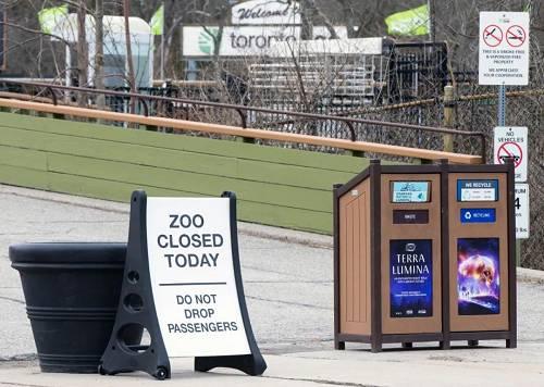 3月14日,加拿大多伦多动物园摆放了闭园的提示牌。新华社发(邹峥 摄)