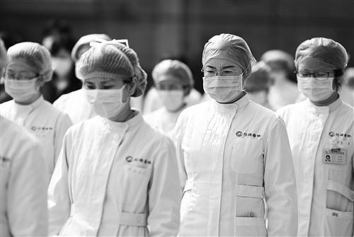 4月4日,湖北省武汉市华中科技大学同济医学院附属同济医院医护人员在默哀。