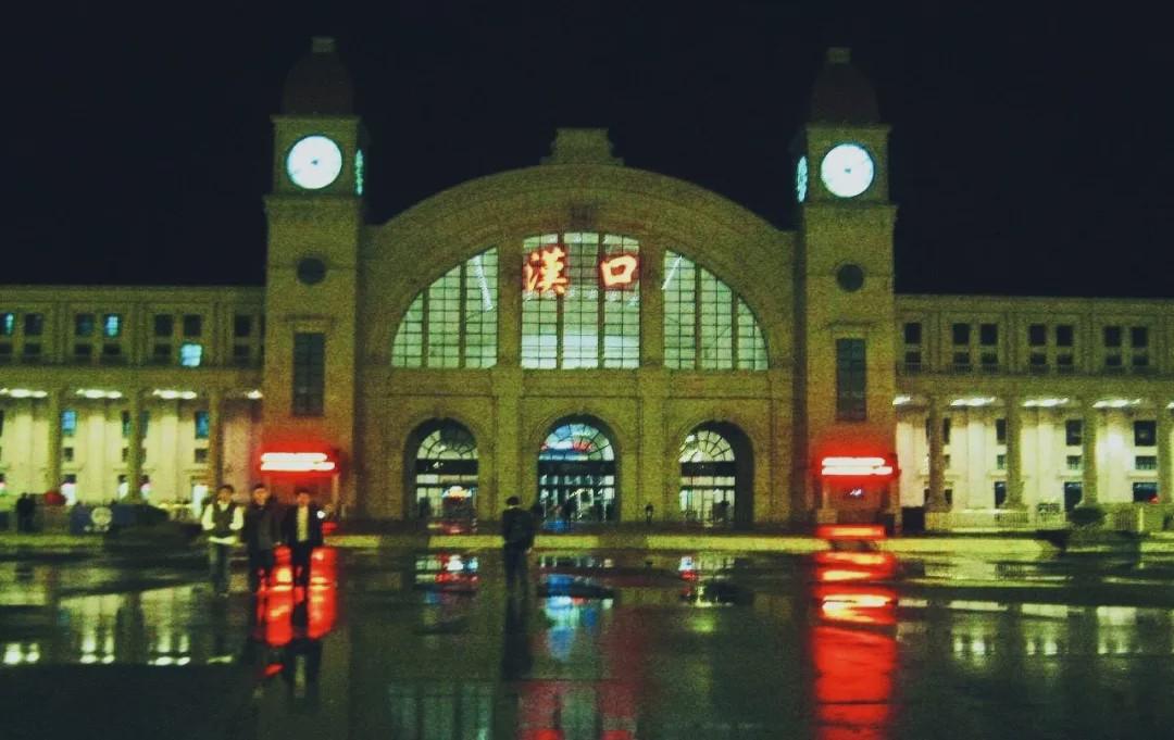 4月8日零时起,武汉将解除离汉离鄂通道管控措施 。届时,铁路部门将恢复办理武汉市17个铁路客站的出发业务,大量始发终到或经停武汉的旅客列车将于8日起恢复开行。