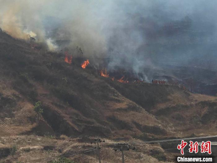 四川西昌市樟木箐镇突发山火:烟雾迷漫天空 火线清晰可见