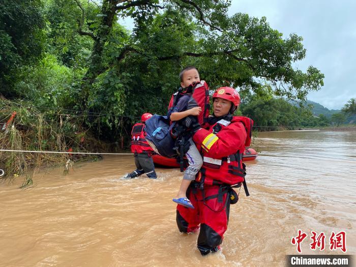 暴雨致阳朔6个村庄发生塌方 消防冒雨徒步穿山搜救
