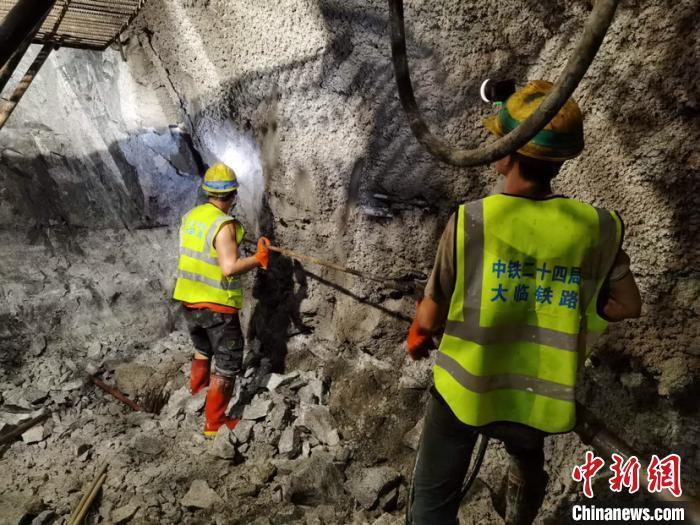 云南大临铁路新民隧道贯通 全线未贯通隧道仅剩一座
