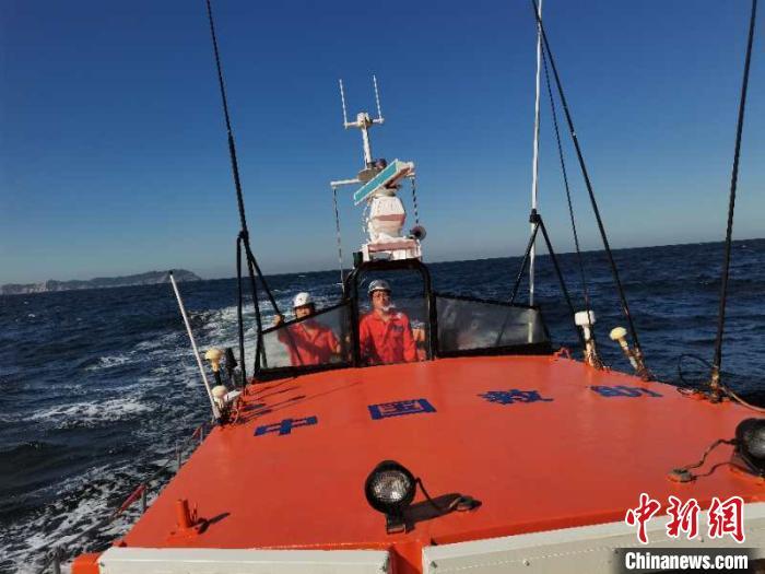 一渔船在辽宁大连海域沉没致10人失踪 搜救仍在进行中