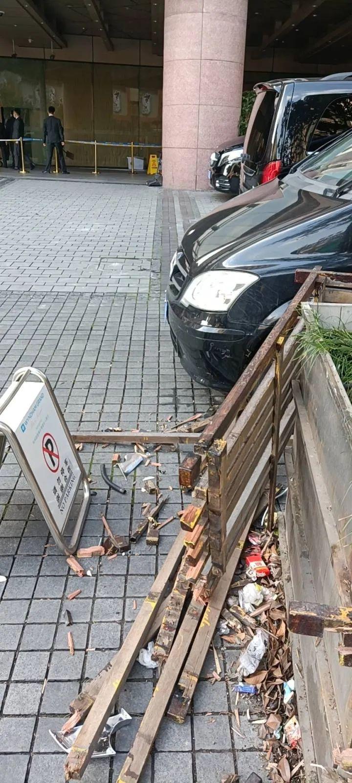 """usdt自动充值(caibao.it):特斯拉又曝""""加速门""""!一辆Model 3撞入旅店大堂,司机:我有40年驾龄了,真没踩油门 第3张"""