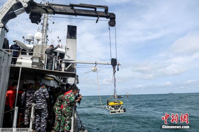 外媒:印尼海军找到失事客机黑匣子 已运往码头