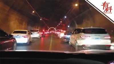 隧道发生交通事故 数公里车辆主动为警车让行