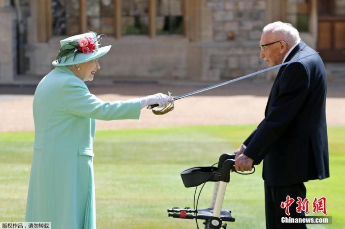 英国百岁老兵感染新冠入院 曾为医护募款感动世界