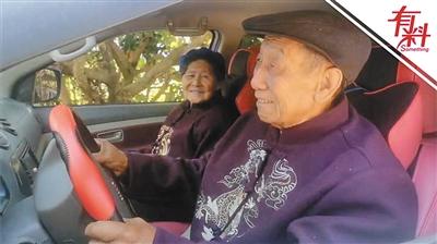 """为满足77岁老爸开车心愿 全家人变身""""道具组"""""""