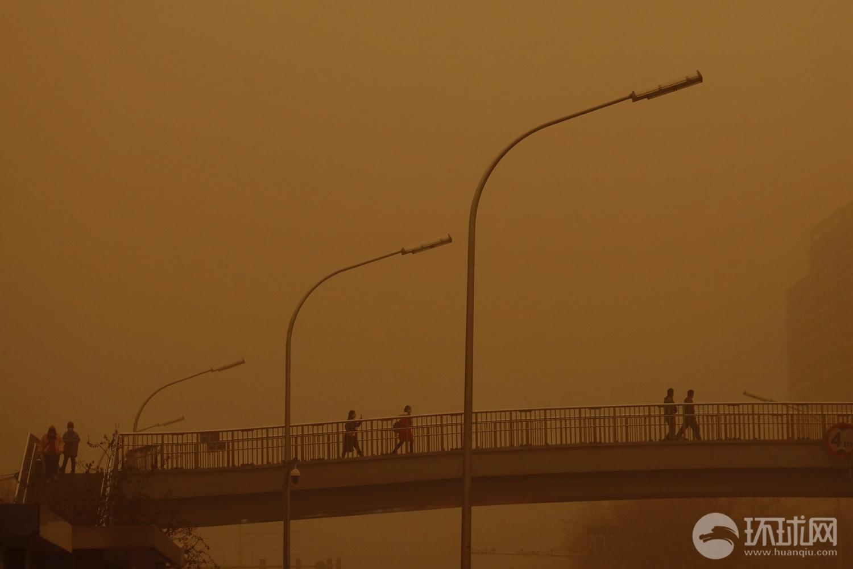 北京市气象台升级发布沙尘暴黄色预警 大部分地区能见度不足一公里