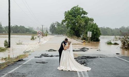 卫报:百年一遇洪灾挡不住浪漫婚礼 动用飞机接亲在洪水前拍照