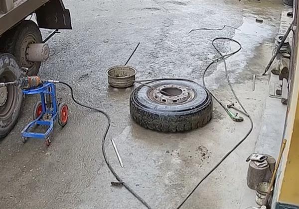 货车轮胎修理过程中突然爆炸飞起!修车师傅神预测保命