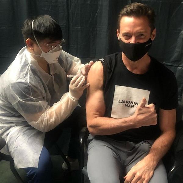 """""""金刚狼""""扮演者休杰克曼接种新冠疫苗引网友围观:配文亮了"""